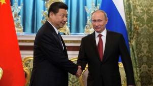 Präsident Wladimir Putin und der chinesische Staatschef Xi Jinping :  China hat Interesse an Russlands größtem Ölkonzern sondern auch an russischem Gas ...