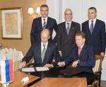 BASF-Chef Kurt Bock und Gazprom-Chef Alex Miller bei der Unterzeichnung des Rahmenabkommens zum Aktien-Deal