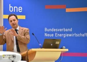 """""""der Aufbau und Betrieb von Ladeinfrastruktur für Unternehmen und Kunden nach wie vor komplex und mit hohen Kosten verbunden..""""; bne Geschäftsführer Robert Busch"""