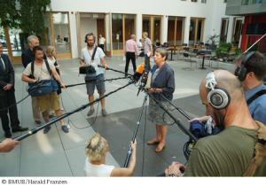 Bundesumweltministerin Barbara Hendricks: Aus allen Richtungen kommen die Fragen: Wo sind die Kernpunkte Ihres Klimaschutzplanes geblieben?