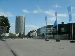 UN-Campus mit dem World Conference Center im Vordergrund, links verdeckt das ehemalige Bundeshaus, hinten der Posttower, bild U&E