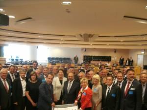 Immer wieder und schon länger: Die Anti-Tihange-Allianz übergibt im Sitzungssaal im Brüsseler Parlament das umfangreiche Informationsgesuch an den damaligen Parlamentspräsident Martin Schulz(Mitte). Vorn rechts im roten Kostüm Fr. Dr. Ute Jasper von der Düsseldorfer Anwaltskanzlei, links ihr Partner von der belgischen Anwaltskanzlei