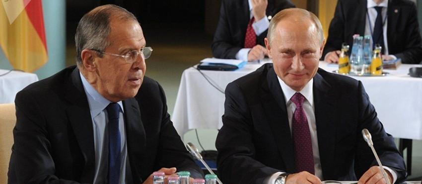 Der russische Präsident Wladimir Putin mit seinem Außenminister Sergej Lawrow: Kann man noch ironischer, süffisanter lächeln angesichts der guten Lage ...?