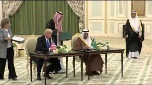 """... und """"The Donald"""" sorgt auch für das Einkommen Saudi Arabiens .....hier mit Mohammed bin Salman, stellvertretender der aus anderen, unglaublichen Gründen und Sünden tief in der Patsche sitzt"""
