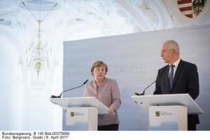 Einheitliche Strom-Netzentgelte: Schaffen das Bund und Länder noch in dieser Legislaturperiode? Kanzlerin Angela Merkel mit Sachsens Ministerpräsident Stanislaw Till bei einer Regionalkonferenz im April ...