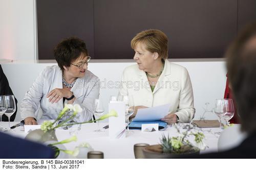 """""""Was machen wir bloß, wenn so  ein Hackerangriff unsere digital gesteuerte Energiewende lahmlegt"""", Bundeswirtschaftsministerin Brigitte Zypries und Kanzlerin Angela Merkel beim Nationalen Digital  Gipfel unter dem Motto: Vernetzt besser leben! bild sandra steins Gipfel"""