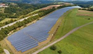 Die installierte Leistung der Photovoltaikanlagen stieg im ersten Halbjahr 2020 ...; Solarpark nahe Bonn, Bild U + E