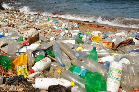 ...dringend die Vermüllung und Verschmutzung unserer Ozeane und Meere durch Kunststoffe verringern ..; bild bundesreg.