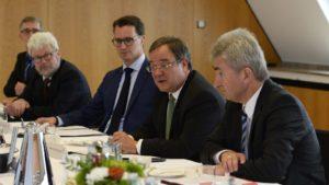 """Sie sind beide betroffen ... besonders Andreas Pinkwart, g.r. fühlrt sich angegriffen ... ...""""; Ministerpräsident Armin vorne rechts neben Laschet Wirtschaftsminister Andreas Pinkwart"""