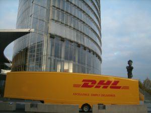 Der deutsche Post-Konzern baut vor: Mit großem Begleitprogramm bereits bei der Weltklimakonferenz in Bonn, E-Transporter vor dem Posttower in unmittelbarer Nachbarschaft zur UN-Klimakonferenz, Bild U +E