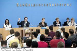 Auch in der Regierungspressekonferenz in Berlin spielte das Thema ein besondere Rolle..., links Regierungssprecher Steffen Seibert.