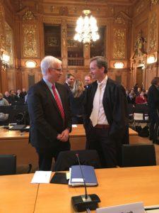 Es gilt die Beweislastumkehr...; Prof. Klinger, rechts,  mit DUH-Geschäftsführer Resch im Leipziger Gericht