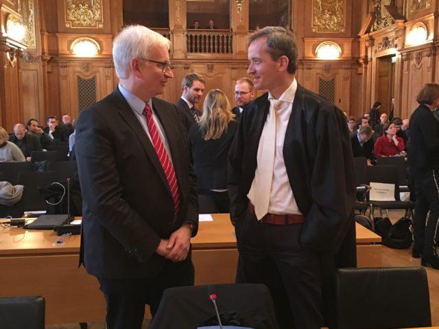 """Klagen: Es geht immer weiter. gegen die Bundesregierung, die Automobilkonzerne und auch noch gegen Nord-Stream 2...? DUH-Geschäftsführer Resch (links).hier mit ... """"...; DUH-Anwalt Prof. Klinger vor Gericht ..."""