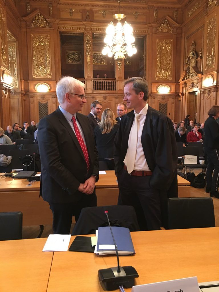 """Das war ein guter Tag für die """"saubere Luft""""...; DUH-Anwalt Prof. Klinger, rechts,  mit DUH-Geschäftsführer Resch(links) im Leipziger Gericht anlässlich des Dieselskandals"""