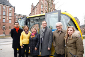 """Charité, das Projekt """"Stimulate"""", mit selbstfahrenden Bussen, Dritter von rechts der Regierende Bürgermeister von Berlin Michael Müller"""
