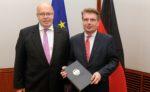"""""""....Die weltweite Spitzenposition deutscher Unternehmen ...""""; Thomas Bareiß (rechts) mit seinem Minister Peter Altmaier ...;"""