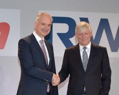 Sie reichen sich die Hände: E.on-Chef Johannes Teyssen und RWE-Chef Martin Schmitz
