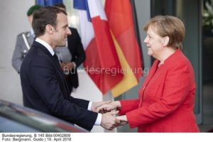 Gemeinsam...? das war einmal ... nun haben sie losgelassen...; Kanzlerin Angela Merkel und Frankreichs Präsident Emmanuell Macron
