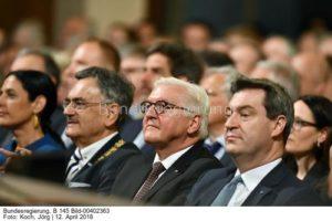 In Erwartung was da auf ihn zukommt, Ministerpräsident Markus Söder, vorn, bild Bundesb. Foto jörg koch