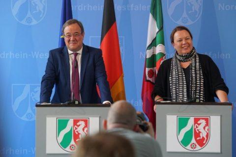 Noch frohgemut ...aber Maßnahmen zur Anpassung an den Klimawandel sind unerlässlich, Ministerpräsident Armin Laschet und Ursula Heinen Esser
