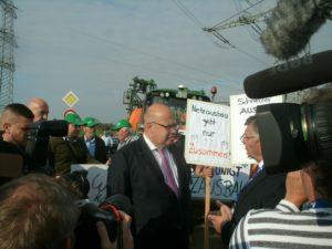 Es gibt nicht nur Liebhaber für die dringend benötigten Stromtrassen von Nord-nach Süd ...; Altmaier spricht mit ihnen...; Bild Umwelt. u. Energie-Rep.
