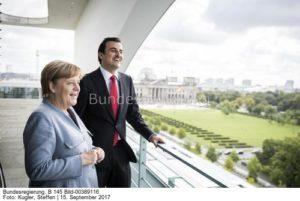 Eine gemeinsamer Blick in die Zukunft, Kanzlerin Angela Merkel und Tamim bin Hamad al-Thani... zwei alte Bekannte? Sie trafen sich fast genau auf den Tag ein Jahr zuvor, hier das Bild von Steffen Kugler