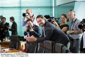 Wie kann man noch so lächeln, wenn man Bonn das miteingebrockt hat wie Bonn Oberbürgermeister ihm vorwirft ...; Andreas , Andy, Scheuer umlagert von der Presse ..., bild Sandra Steins