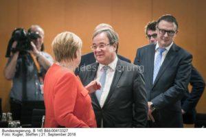 Hat er den Antrag auf Exportstopp verwässert...;, Kanzlerin Merkel mit NRW-Armin Laschet