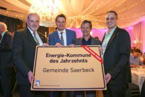 Wilfried Roos (Bürgermeister Saerbeck), Philipp Vohrer (Enercon), Guido Wallraven (Projektmanager) und Nils Boenigk (AEE) - © deENet, Meyer