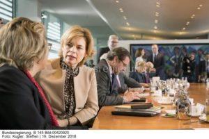 """"""" Wir haben da enormen Druck.........! Julia Klöckner,(r.) hier im Gespräch mit Svenja Schulze (l.) bild Steffen kugler"""