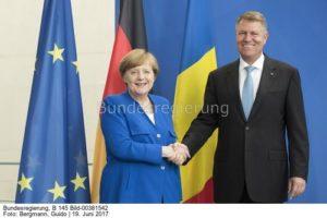 Da ahnte sie noch nicht, dass er ihr mal in den Rücken fallen würde: Kanzlerin Angela Merkel, Nord-Stream 2 Verfechterin und Rumäniens Präsident Klaus Johannis, Pipeline -Gegner, bild guido bergmann