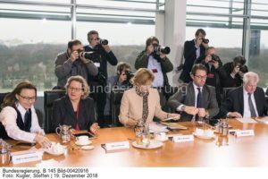 Rückkehr mit roten Ohren und enttäuschten Gesichtern ...;Svenja Schulzee...Umweltministerin Svenja Schulze(g.links) und Landwirtschaftsministerin Julia Klöckner .. ; bild steffen kugler ... und im ...
