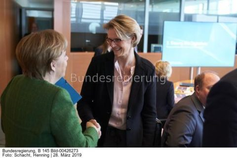 """""""...geht über die Energiespeicherung in Stromnetzen und Haushalten und ende noch lange nicht bei industriellen Anwendungen,;""""Forschungsministerin Anja Karlicek, hier mit Kanzlerin Merkel, bild Henning Schacht"""