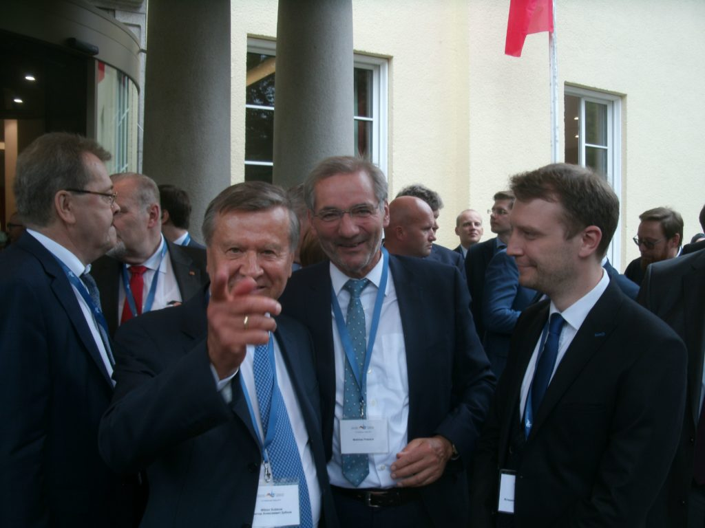 Witko Subkow zeigte mit dem Finger auf uns,  lächelte uns schelmisch an ...; dabei waren Ex-Ministerpräsident Matthias Platzeck, der Assistent von Subkow, links, und der Dolmetscher von Subkow rechts , ... Bild Umwelt- und Energie-Report Co  u+e