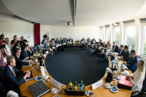 ...wen es aus der Mitte des bayerischen Kabinetts trifft... ist nicht sicher ...n...; beschließt das bayerische Kabinett, bild staatskl.