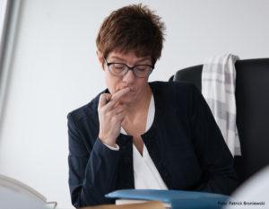 """""""Tatsächlich liegen mir dazu keine Zahlen vor...!."""" Verteidigungsministerin Annegret Kramp-Karrenbauer"""