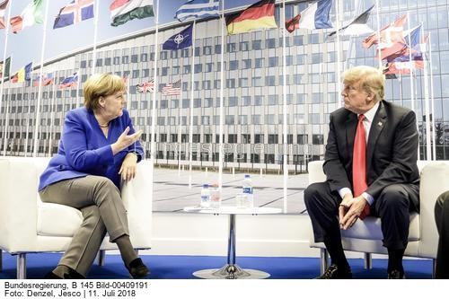 Nord-Stream 2 Thema bei der NATO ...; Bundeskanzlerin Angela Merkel im bilateralen Gespräch mit Donald Trump, Präsident der USA, am Rande des Gipfels der Nordatlantikvertrags-Organisation (NATO) im NATO-Hauptquartier; Bild Jesco Denzel