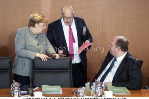 """""""Markthochlauf von grünem Wasserstoff geschafft..?!"""" Merkel, Altmaier und Kanzleramtschef Helge Braun ; Bild Guido Bergmann, bundesrg"""