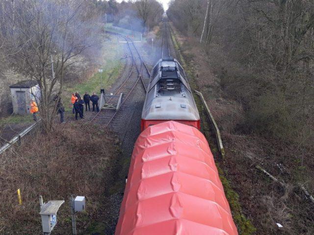 """""""...hatten AtomkraftgegnerInnen zwei Uranmüllzüge zwischen Gronau und Münster mit spektakulären Abseilaktionen für mehrere Stunden blockiert...; Bild bund"""