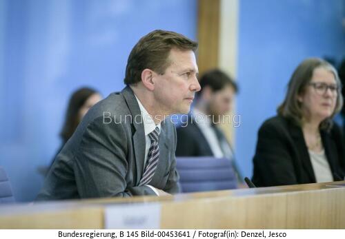 """""""... um die Bundesverwaltung bis 2030 klimaneutral zu machen."""" verkündet Steffen Seibert während der Regierungspressekonferenz am Freitag, 13. November,  , bild bunreg. Jesco Denzel"""