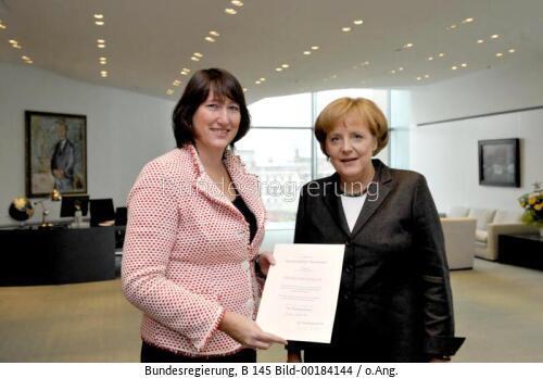 """""""Der moderne Verbrennungsmotor wird weiterhin eine große Bedeutung für die Erreichung der Klimaziele haben....!"""" Hildegard Müller, ehem. Staatsminist. im Kanzleramt hier mit Angela merkel, Bundesk. bild bundesrg"""