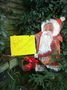 Den Weihnachtsmann hat unser Herausgeber selbst gefertigt und gemalt, damit weihnachtliche Stimmung aufkommt ... U + E
